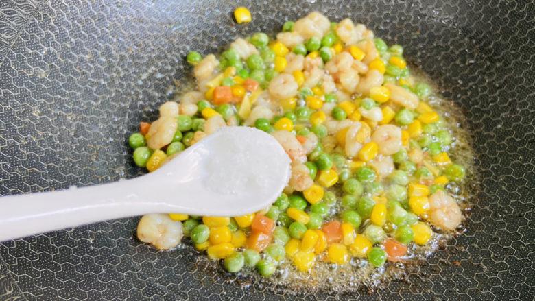 豌豆炒虾仁,根据个人口味加入适量盐