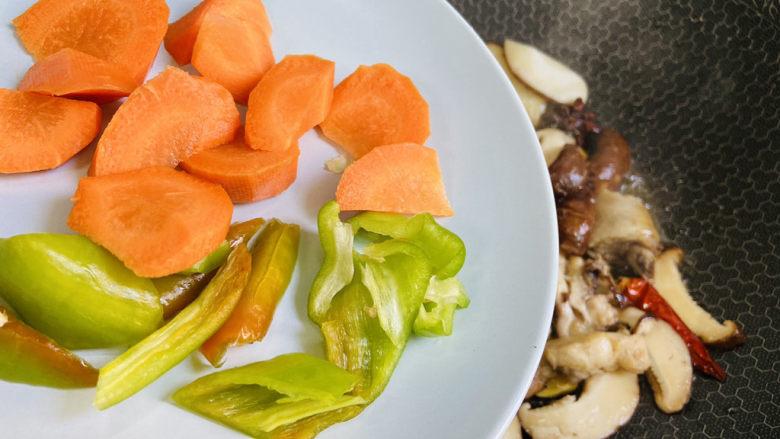 香菇焖鸡,倒入青椒、胡萝卜大火翻炒片刻