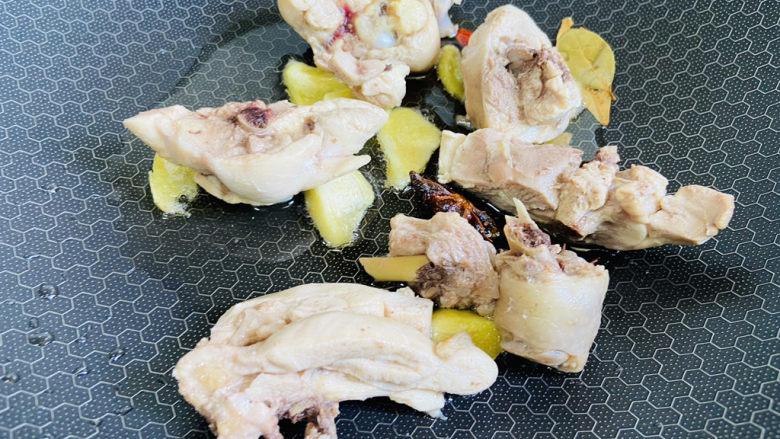 香菇焖鸡,放入鸡块翻炒片刻