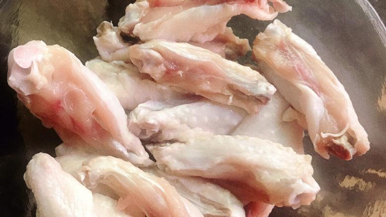 蒜香鸡翅,鸡翅放入碗中