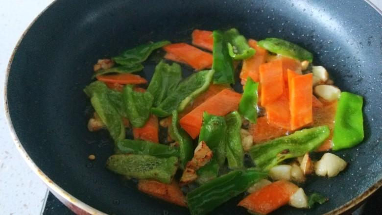 木耳炒山药,倒入胡萝卜青椒炒均匀。