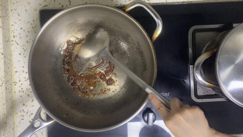 香菇焖鸡,炒至焦糖色