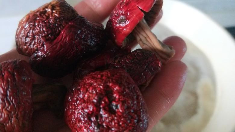 香菇焖鸡,剪掉根部。