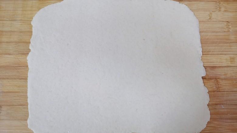荞麦馒头,擀成一个接近长方形的大面片。