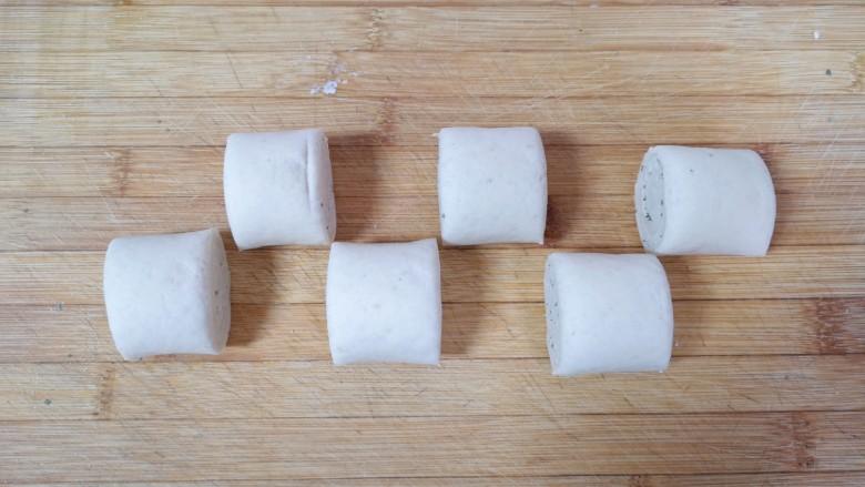 荞麦馒头,去掉两头不规则的面团,切成小剂子。