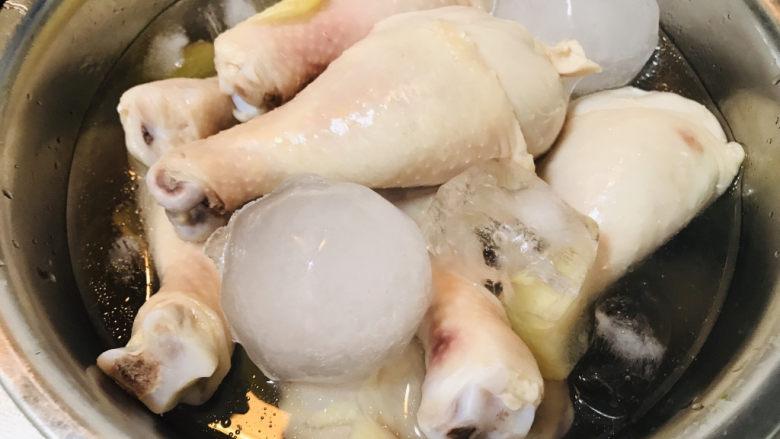 香菇焖鸡,将捞出的鸡腿迅速放入冰水中冷却。