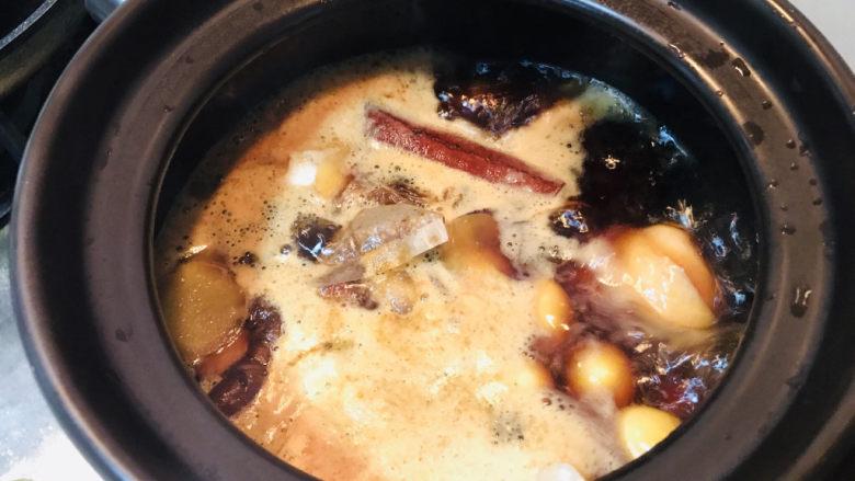 香菇焖鸡,过程中,如果讲究一些,可以捞去浮末。