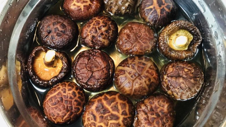 香菇焖鸡,下锅之前要先用温水将香菇泡软。
