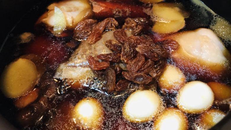 香菇焖鸡,所有的食材添加完毕,开大火煮开。