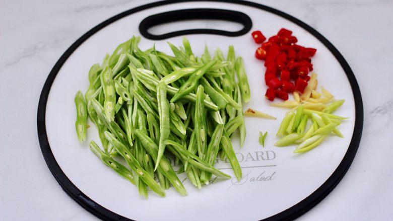 芸豆丝爆虾,<a style='color:red;display:inline-block;' href='/shicai/ 71'>芸豆</a>摘去筋膜后洗净,用刀斜切成丝,葱姜切丝,小米椒切圈。