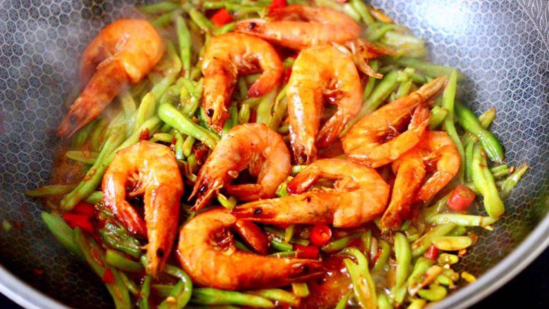 芸豆丝爆虾,加入煎熟的虾。