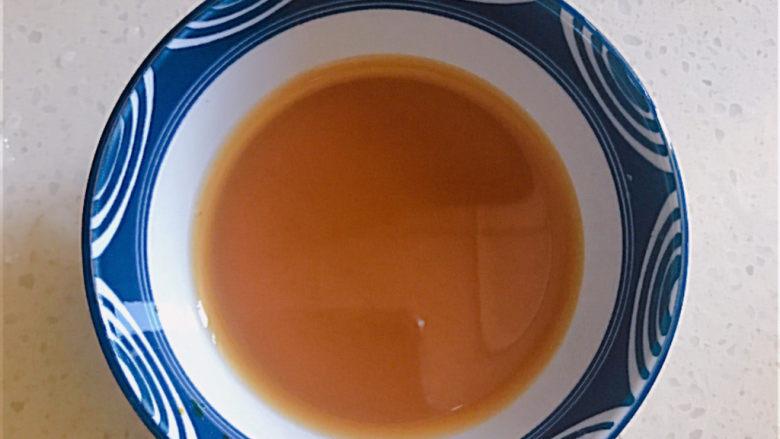豌豆炒虾仁,准备适量的水淀粉:少许的淀粉加盐和蚝油和清水拌匀。