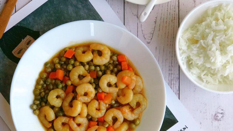 豌豆炒虾仁,汤汁变浓稠即可起锅。