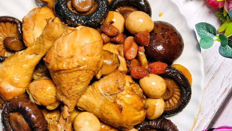 香菇焖鸡,鸡腿滑嫩脱骨,清爽不油腻。香菇吸收了饱满的肉汁,更是鲜美无比。就连鹌鹑蛋也不甘落后,一口一个,好吃到停不下来。夏日里,这是一家人都爱吃的一道菜,推荐给大家。