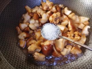 香菇焖鸡,加适量白糖