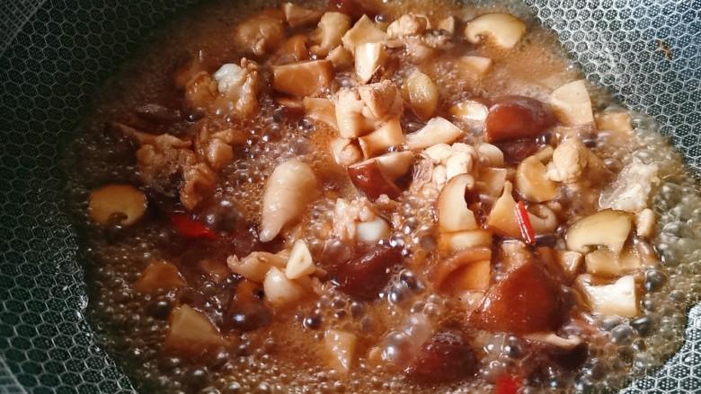香菇焖鸡,加适量清水,盖盖子焖煮