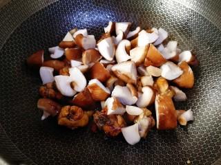 香菇焖鸡,加入香菇