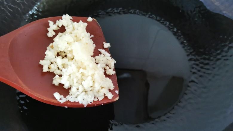 孜然烤香菇,热油放入蒜末炒香