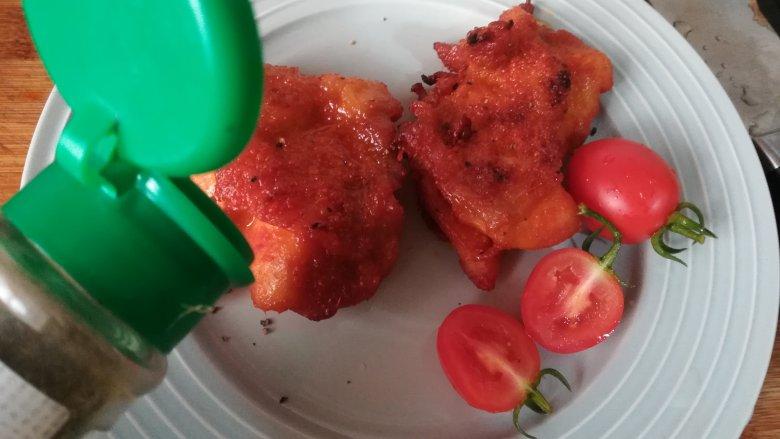 新奥尔良烤鸡腿,烤好后取出来可以直接大块食用。表面撒些黑椒粉,刚出炉的鸡腿肉温度高,能激发出黑椒的香味。