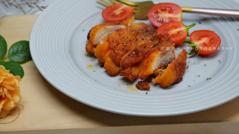 新奥尔良烤鸡腿,也可以切成小块更适合小朋友吃。吃的时候也可以搭配一些番茄酱,辣酱等的。这样做出来的鸡腿特别的入味多汁。