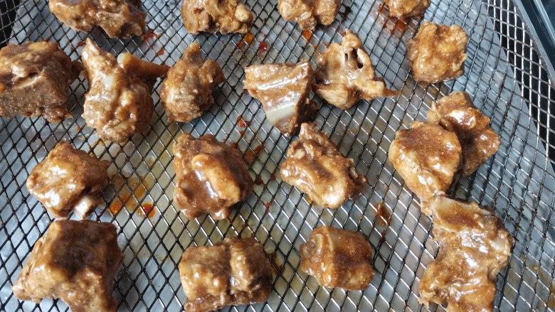 蒜香烤排骨,放在烤盘或烤网上。