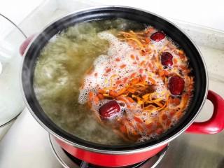 虫草花排骨汤,大火烧开