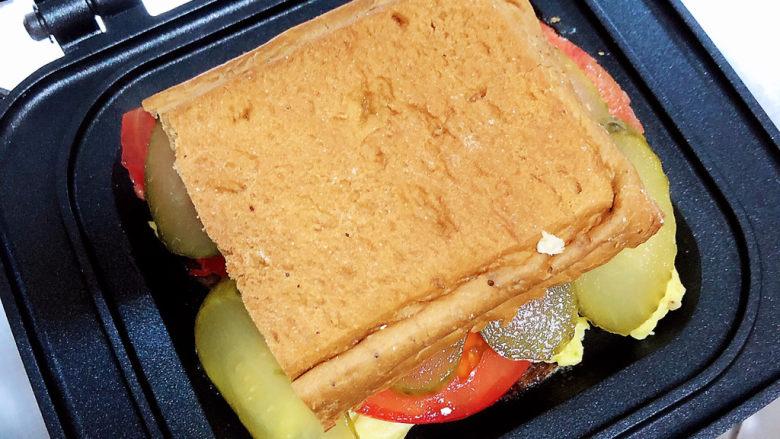 芝士火腿三明治,放上一个面包胚,盖盖儿翻面。