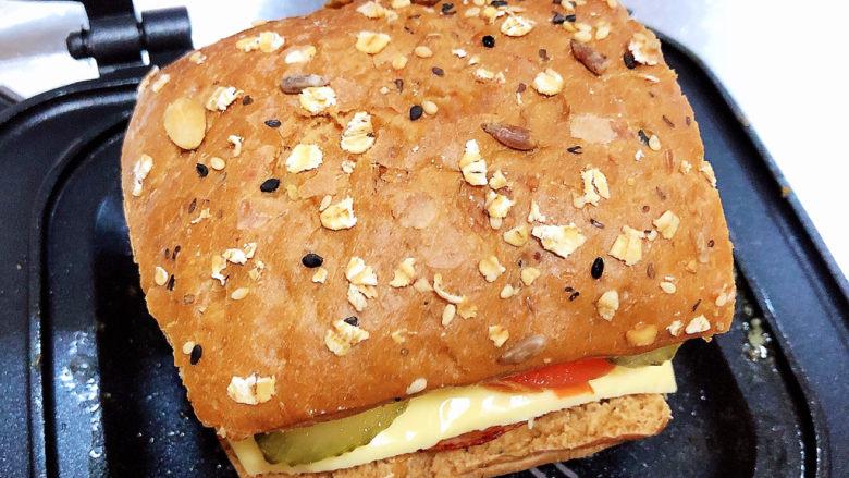 芝士火腿三明治,再加上一片面包胚,盖盖儿,小火两面分别煎2分钟。即可出锅了。