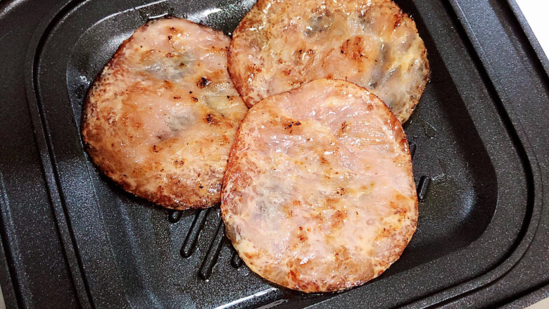 芝士火腿三明治,双面煎锅中放入火腿片。