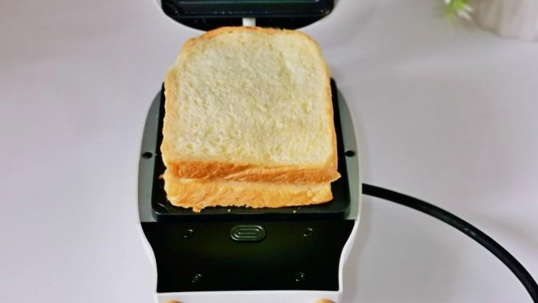 芝士火腿三明治,最后叠加上一片吐司。