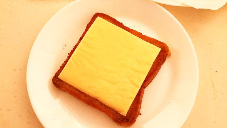 芝士火腿三明治,煎好的吐司上面加入芝士片