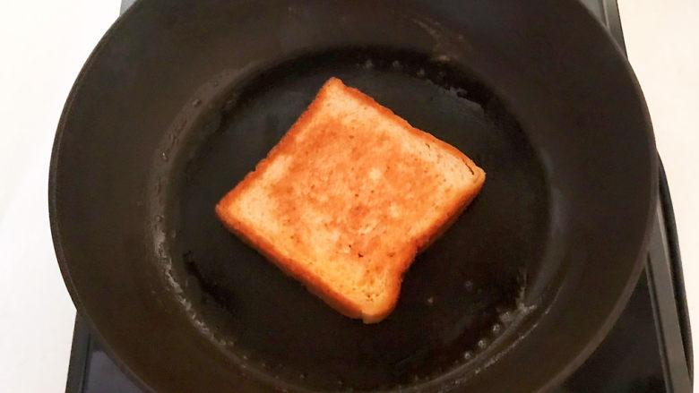 芝士火腿三明治,黄油融化后加入吐司,煎至两面金黄即可