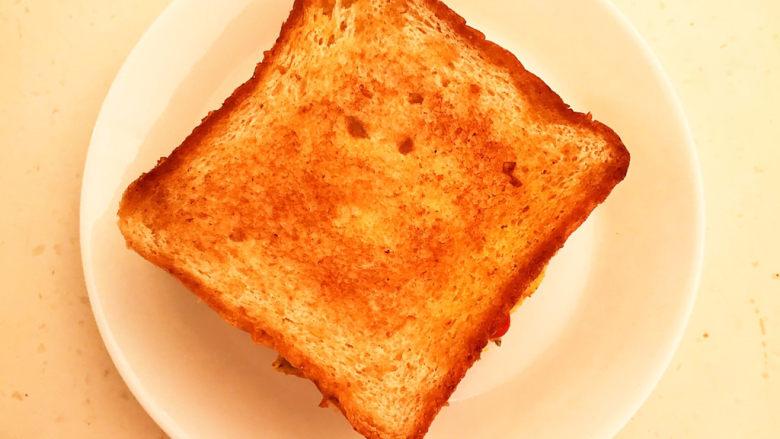 芝士火腿三明治,在盖上一片煎好的吐司即可