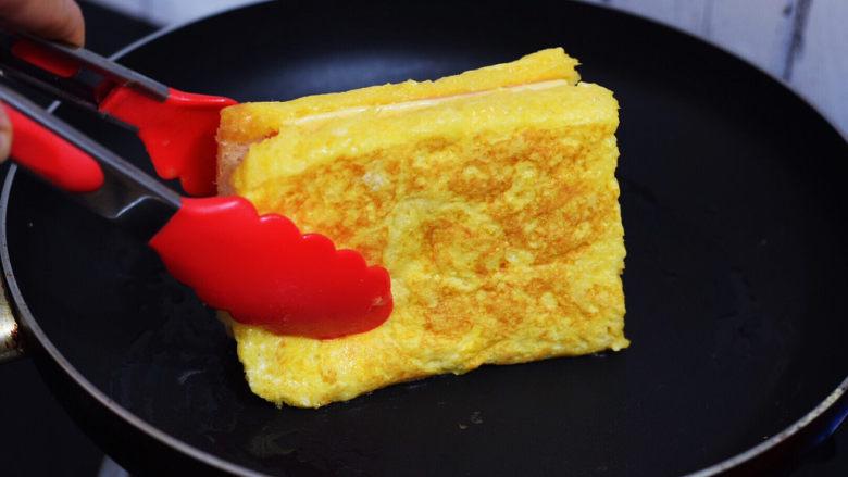 芝士火腿三明治,四边也要煎至金黄色