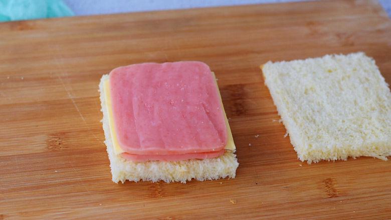 芝士火腿三明治,然后在芝士片上再放一片火腿