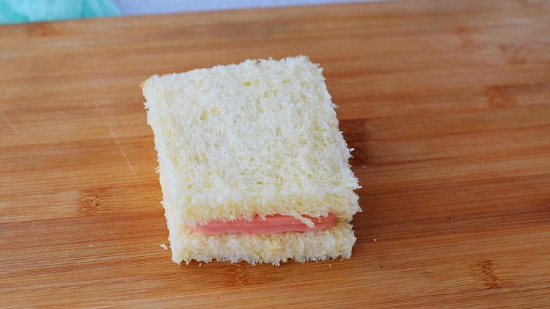芝士火腿三明治,最后再把另一片吐司盖上