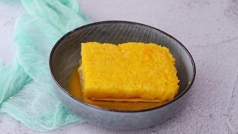 芝士火腿三明治,使其均匀的沾裹上蛋液