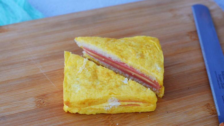 芝士火腿三明治,取出用刀切成两个三角形即可