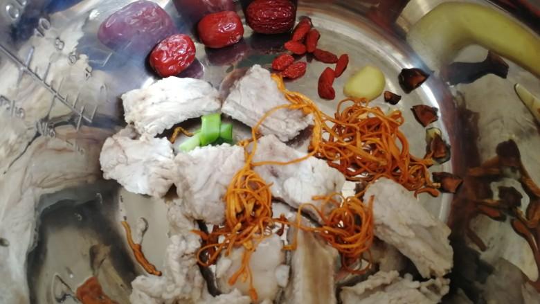虫草花排骨汤,所有食材放入锅胆。
