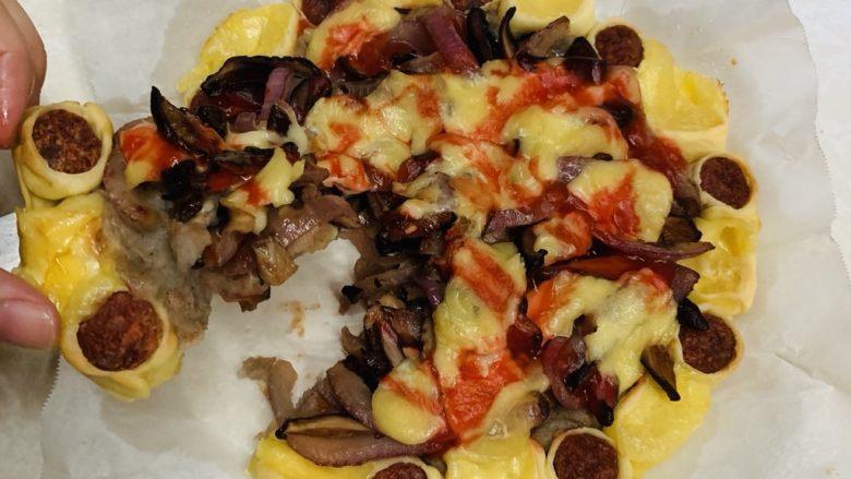 芝心土豆泥素菜披萨,简单剪米字把披萨剪开,取一块可以看到很丰富的层次。