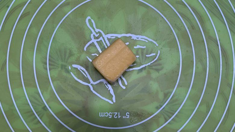 芝心土豆泥素菜披萨,黄油不必软化放案板。
