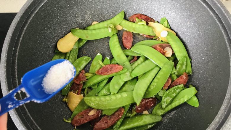荷兰豆炒香肠,最后加少许白糖提鲜,翻炒均匀后出锅盛盘;