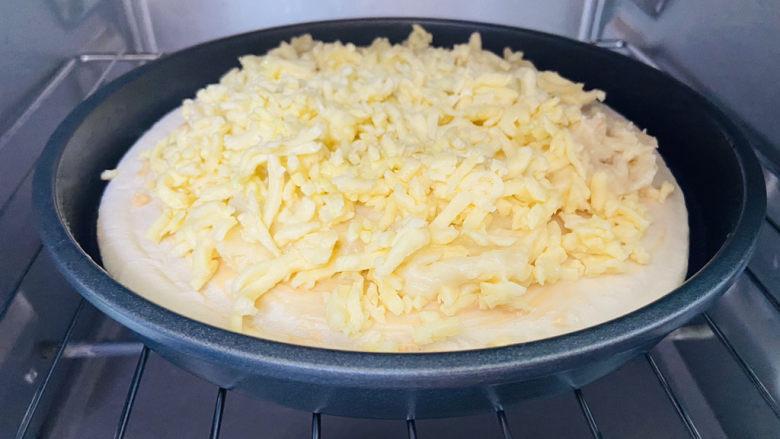 芝士榴莲披萨,烤箱180度预热上下火烤十分钟,根据各自的烤箱性能酌情调整