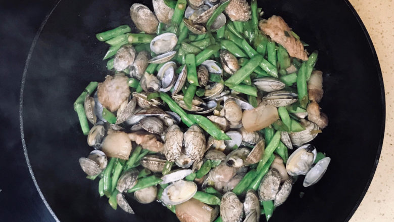 海鲜豆角焖面,翻炒均匀,尽量将花蛤壳放在上面,起到支撑作用