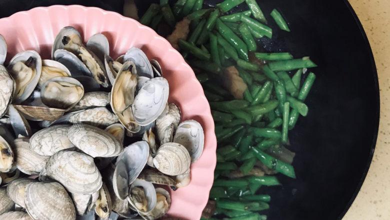海鲜豆角焖面,翻炒均匀后,加入花蛤