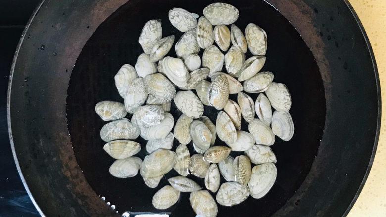 海鲜豆角焖面,锅里加冷水,将洗净的花蛤扔进去