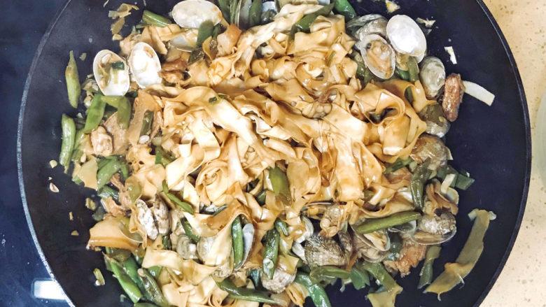 海鲜豆角焖面,用两双筷子🥢将面条翻过来,搅拌均匀,就是美味的海鲜豆角焖面了