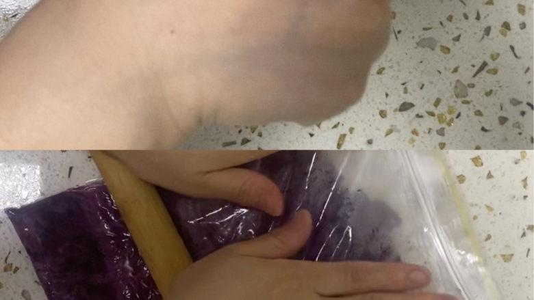 紫薯玫瑰花馒头,蒸熟的紫薯放进保鲜袋里,用擀面杖擀至没有颗粒