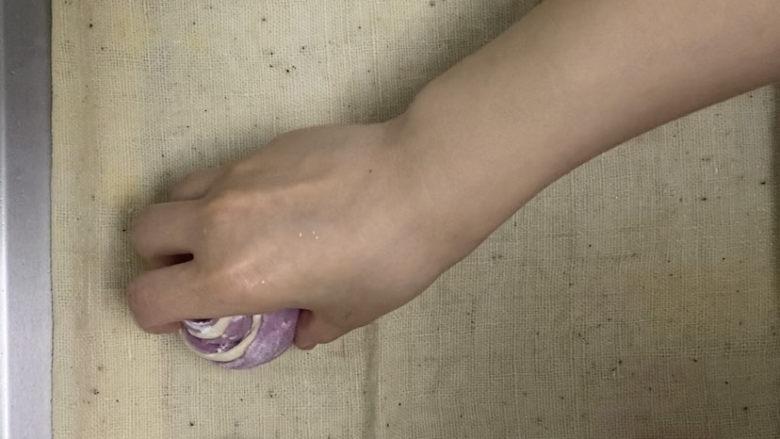 紫薯玫瑰花馒头,将馒头放在蒸盘上