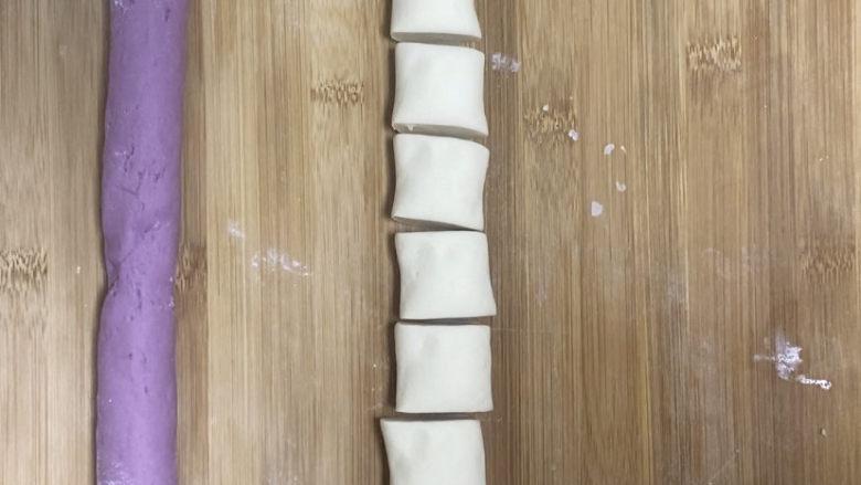 紫薯玫瑰花馒头,切成大概5厘米左右的面剂子